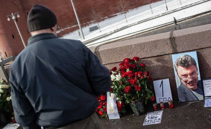 К месту убийства Бориса Немцова пришел посол США с цветами