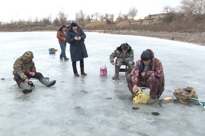 Местные рыбаки уже заметили, рыбы в водохранилище стало меньше.