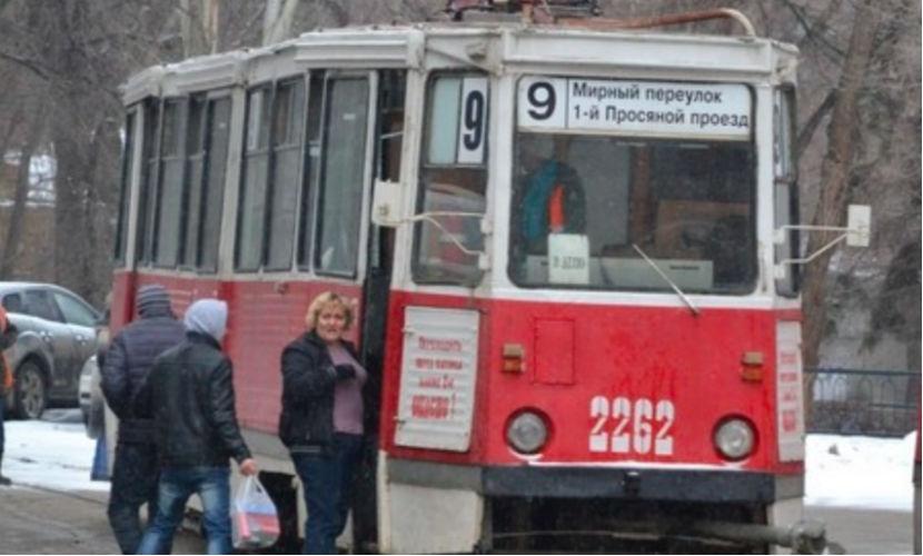 Водитель и кондуктор голыми руками остановили трамвай в Саратове