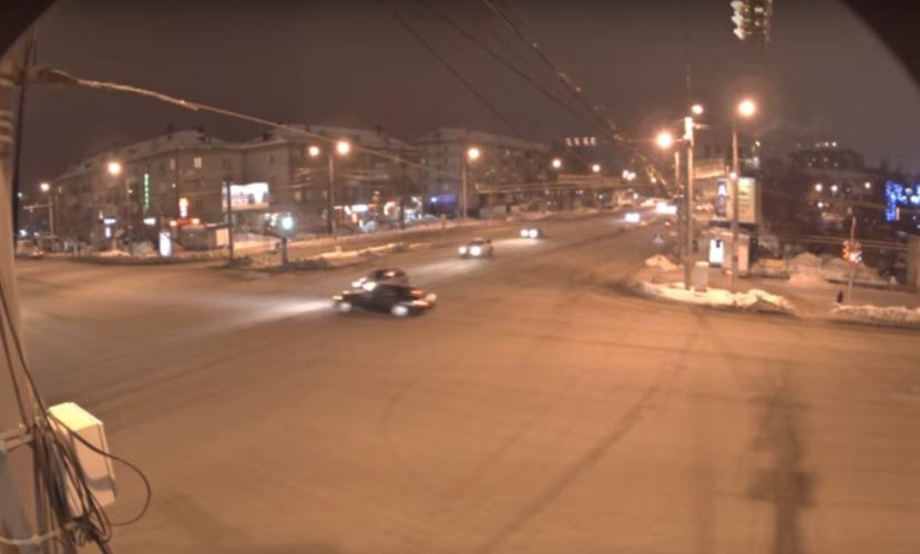 Камера наблюдения записала резонансное ДТП в Челябинске с участием Rolls-Royce Phantom