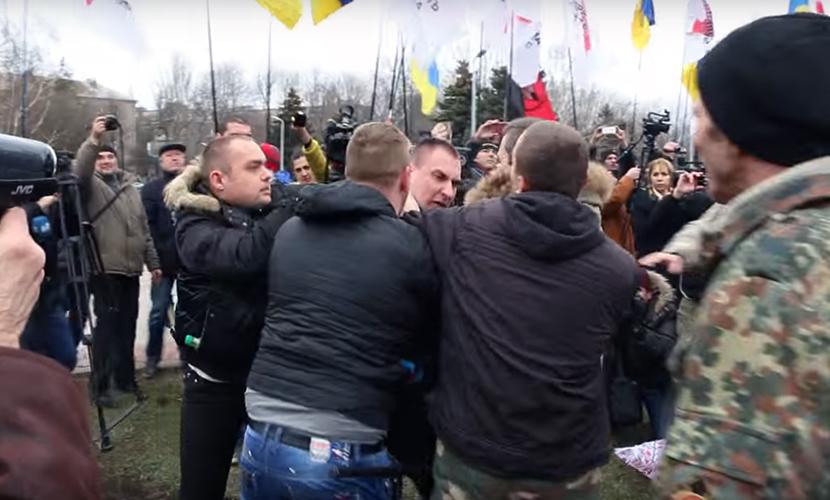 Радикалы подрались на открытии памятника