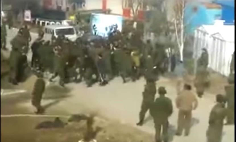 Опубликовано видео массовой драки военных из-за женщины в Чечне