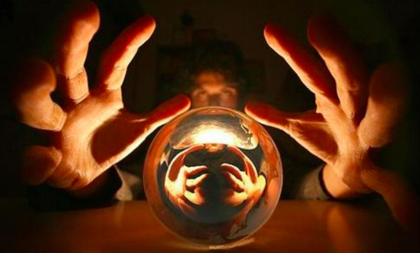 Ученые узнали, почему люди верят в сверхъестественное и экстрасенсов