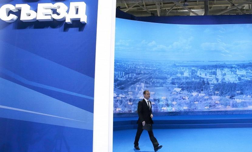 Медведев пригрозил руководителям-единороссам «разобраться» с «непозволительными» задержками зарплат