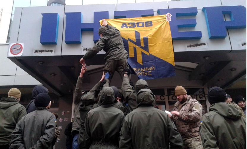 Главный телеканал Украины захватили возмущенные оскорблениями боевики батальона «Азов»