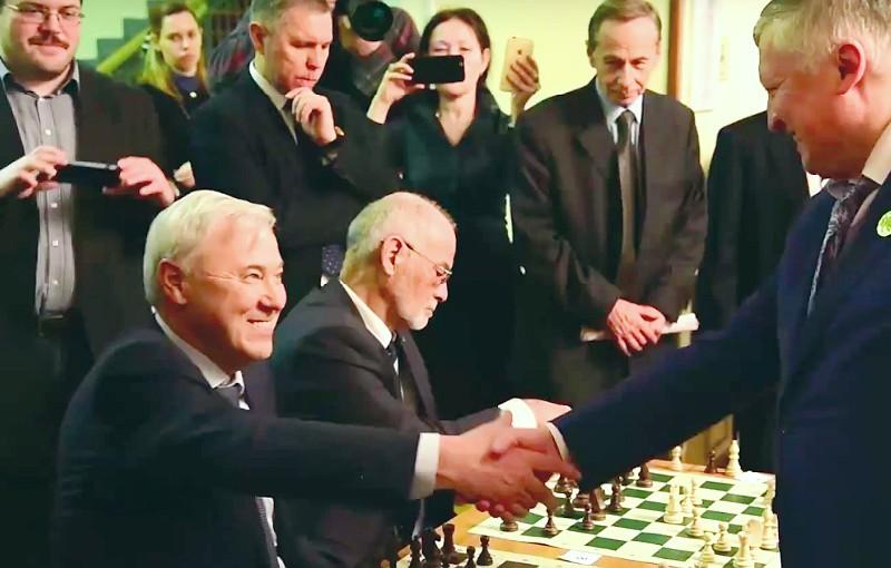 Экс-чемпион мира Карпов обыграл всех шахматистов Госдумы, кроме справоросса и единоросса