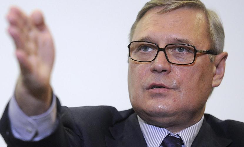 Оппозиционер Михаил Касьянов пострадал от ударов тортом в московском ресторане