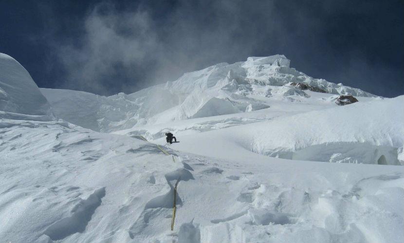 Турист из Германии вызвал лавину на камчатском вулкане и погиб под толщей снега