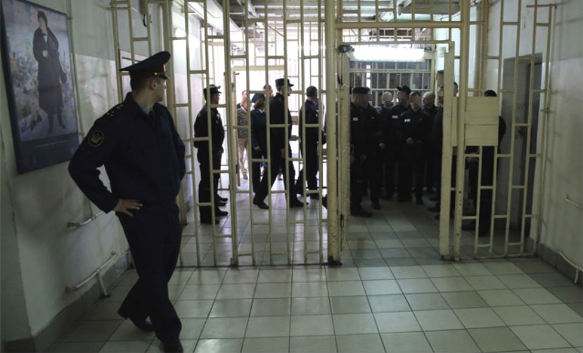 Заключенный попытался кроваво заразить ВИЧ надзирателей Тюменской области