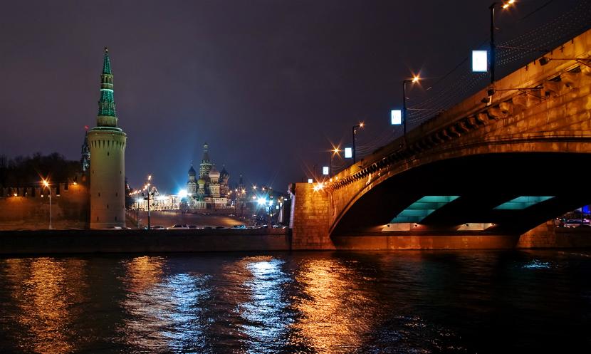 Мужчина прыгнул в Москву-реку с моста, на котором убили Немцова