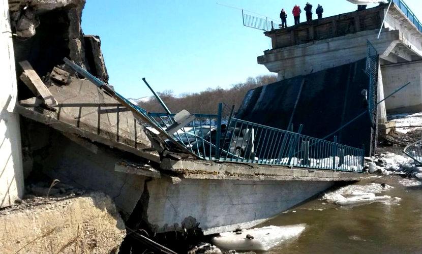 Два автомобиля с людьми оказались под завалами рухнувшего моста в Приморье