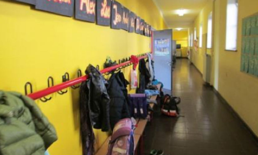 Семиклассники толпой надругались над девочкой в раздевалке московской школы