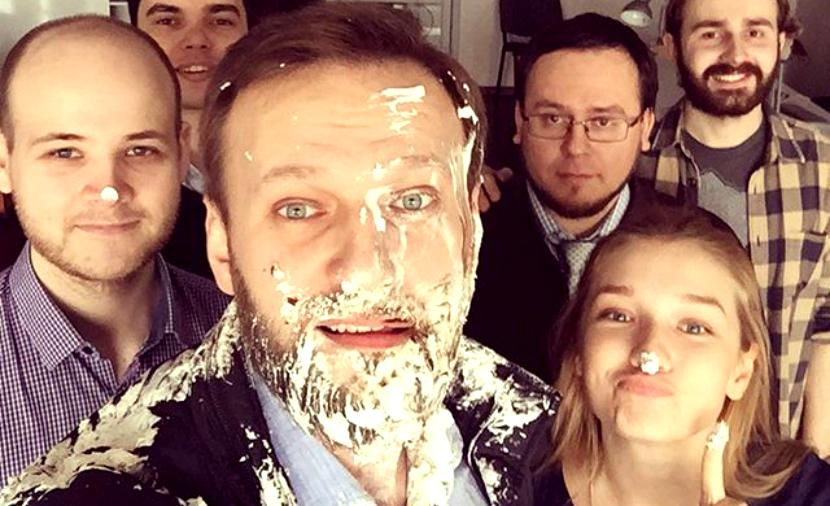 Московские «клоуны» бросили в лицо Навальному два торта