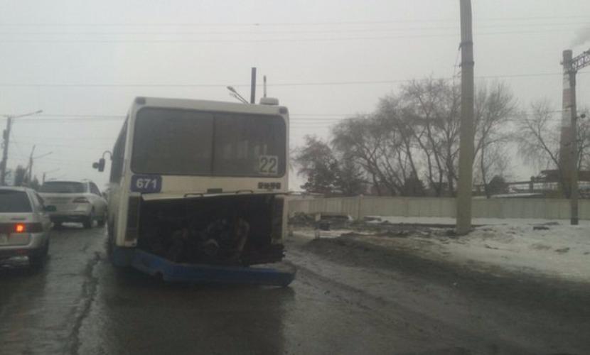 Пассажирский автобус лишился двигателя при переезде через железную дорогу в Омске