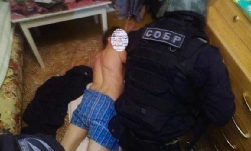 СОБР штурмом взял квартиру с педофилом, изнасиловавшим 6-летнего мальчика и угрожавшим убить женщину