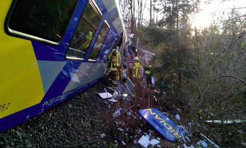 В Германии лоб в лоб столкнулись пассажирские поезда, около 100 пострадавших