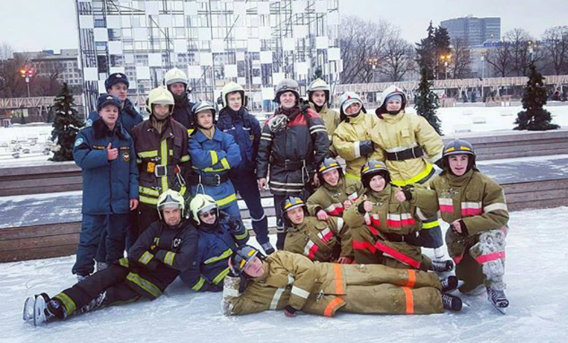 Пожарные провели массовый флешмоб на коньках в парке Горького