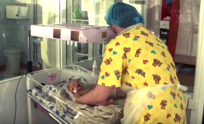 Новорожденному ребенку сломали кости в роддоме
