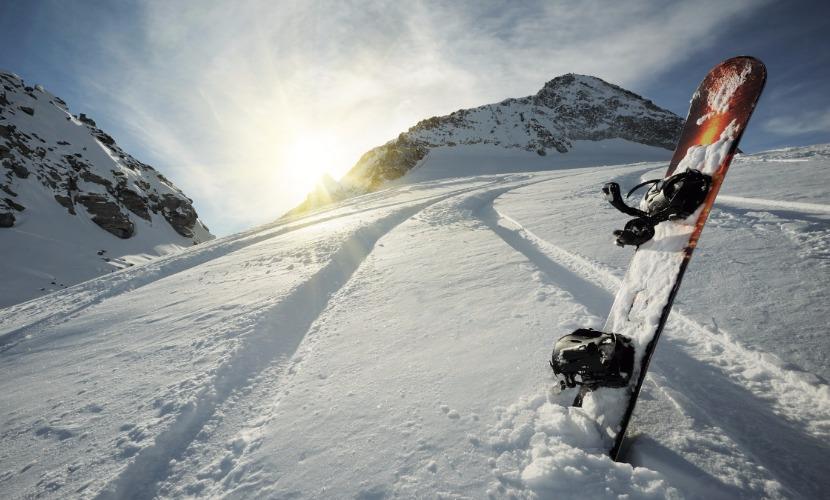 Сноубордист сорвался со скалы и погиб на курорте