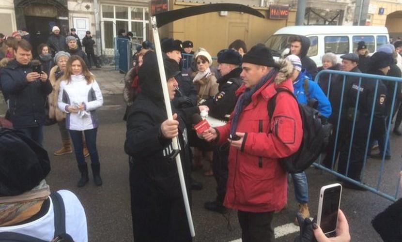 Смерть с косой не пустили на шествие памяти Немцова