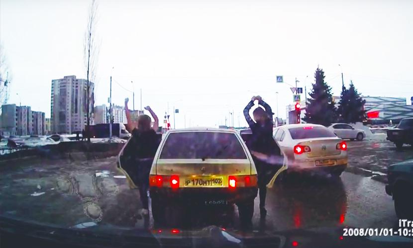 Две веселые подружки развлекли танцем стоящих в пробке автомобилистов в Башкирии