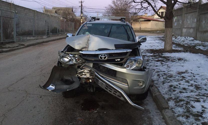 Два работника автомойки угнали у клиентки японский внедорожник и разбили его в Симферополе