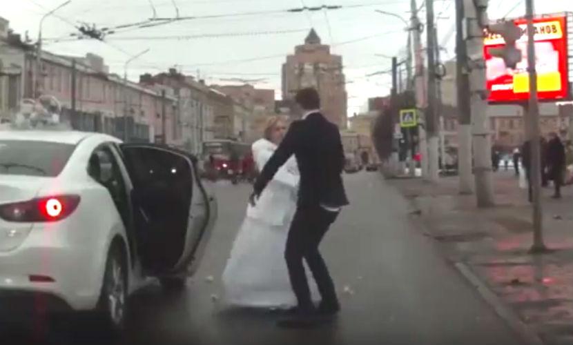 Невеста избила жениха розами и сбежала со свадьбы в Туле