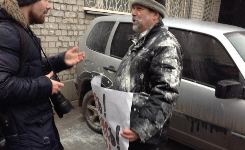 Участников воронежской акции памяти Немцова забросали мукой и облили зеленкой