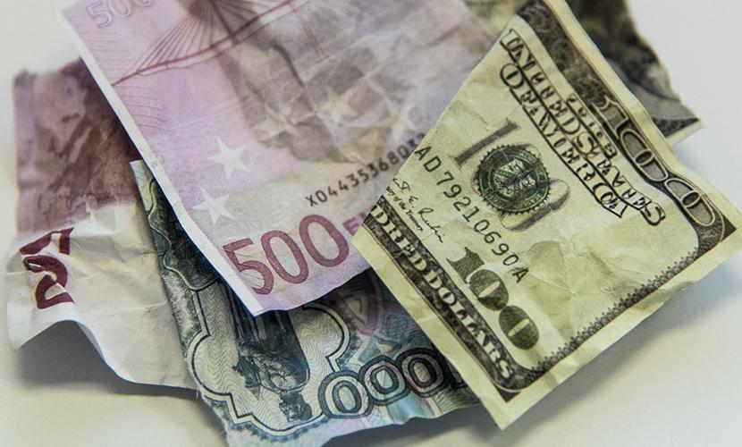 Рубль вместе с мировыми валютами получил передышку из-за неуверенности банкиров США