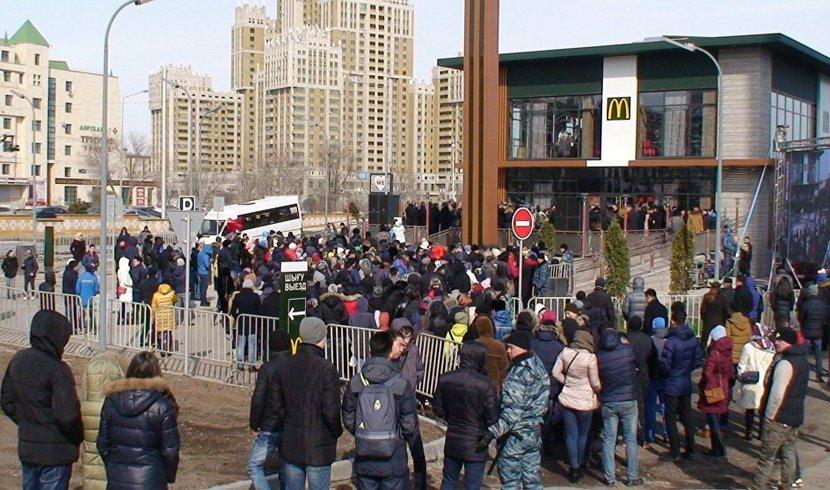 Открытие первого в Казахстане McDonald's вызвало ажиотаж среди жителей Астаны