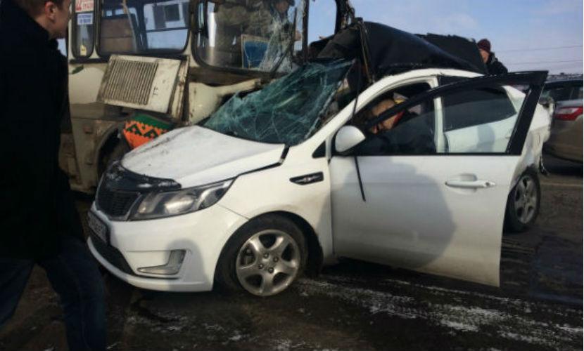 Два человека погибли в жутком столкновении иномарки и пассажирского автобуса под Красноярском