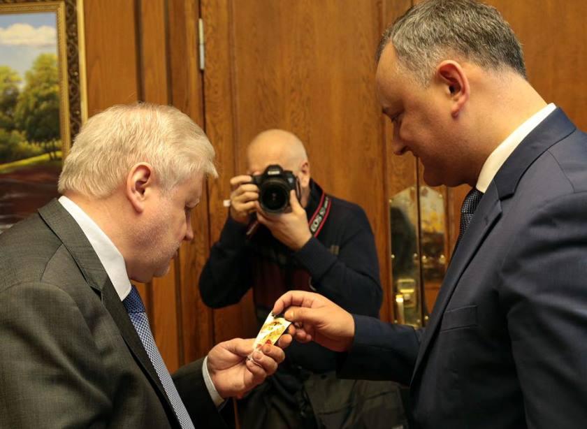 Лидер молдавской оппозиции подарил Сергею Миронову мэрцишор