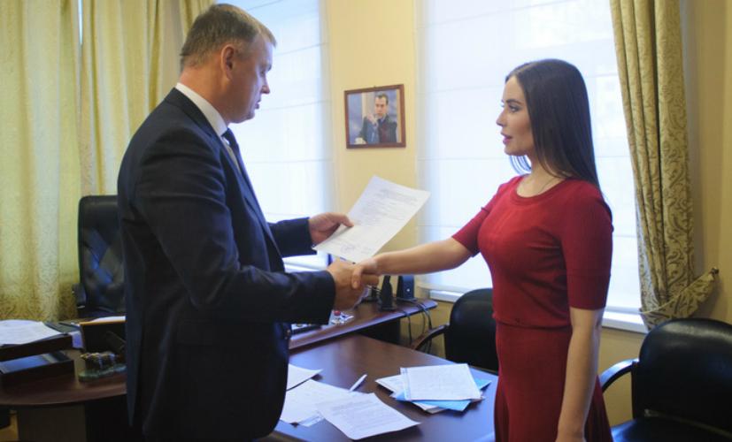 Звезда «Уральских пельменей» начала борьбу за место в Госдуме с помощью семян