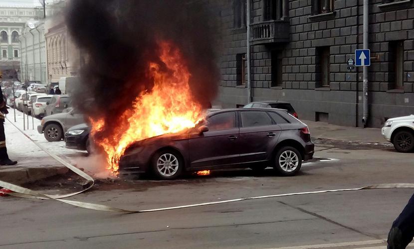 BMW жены Шнурова подожгли возле Мариинки в Санкт-Петербурге