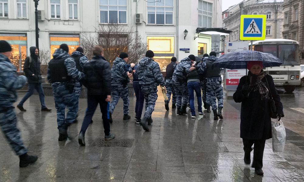 Активисты «СтопХама» придрались к автобусу ОМОН в центре Москвы и были жестко задержаны