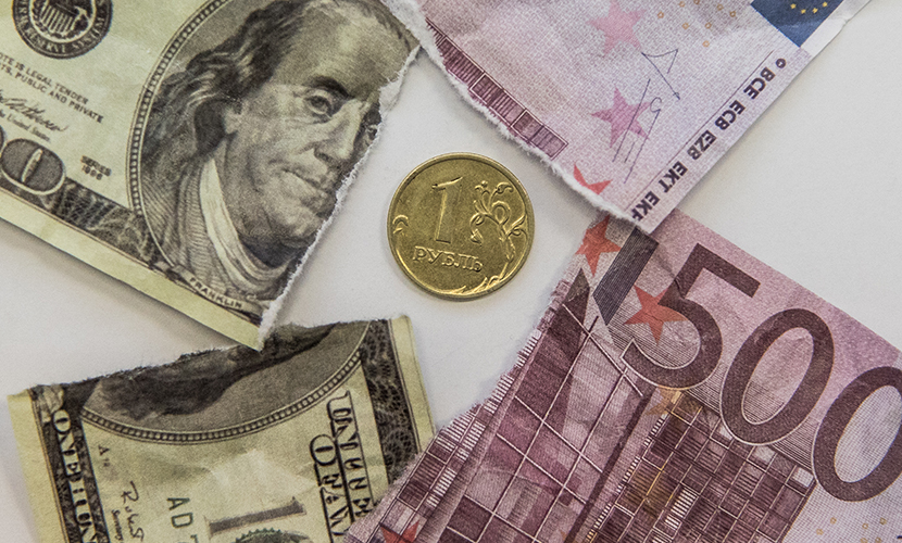 Рубль устремился к 70 за доллар