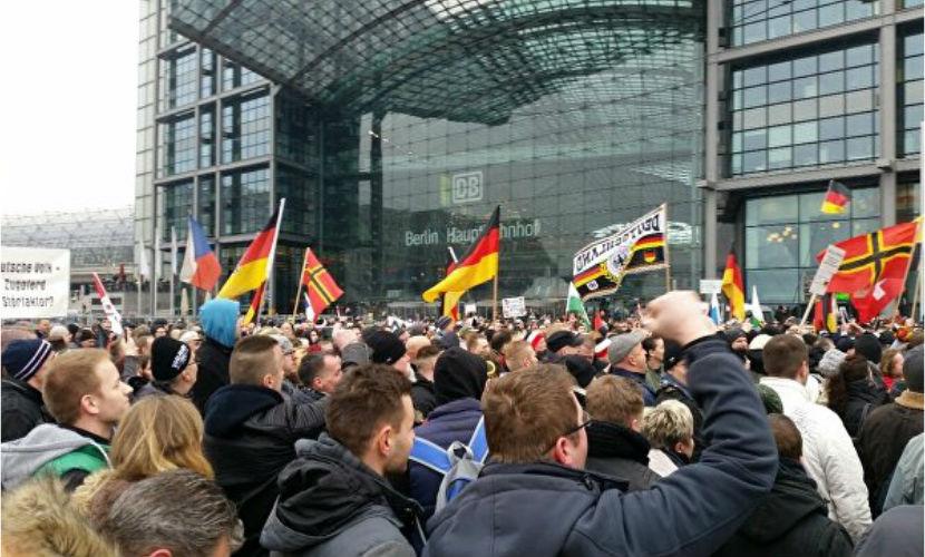Берлинцы вышли на митинг с лозунгом