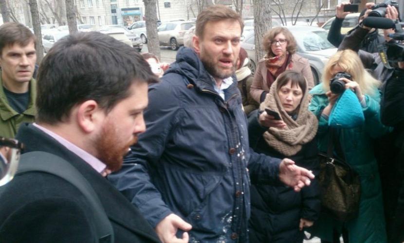 Навального в Новосибирске расстреляли измельченными пирожными