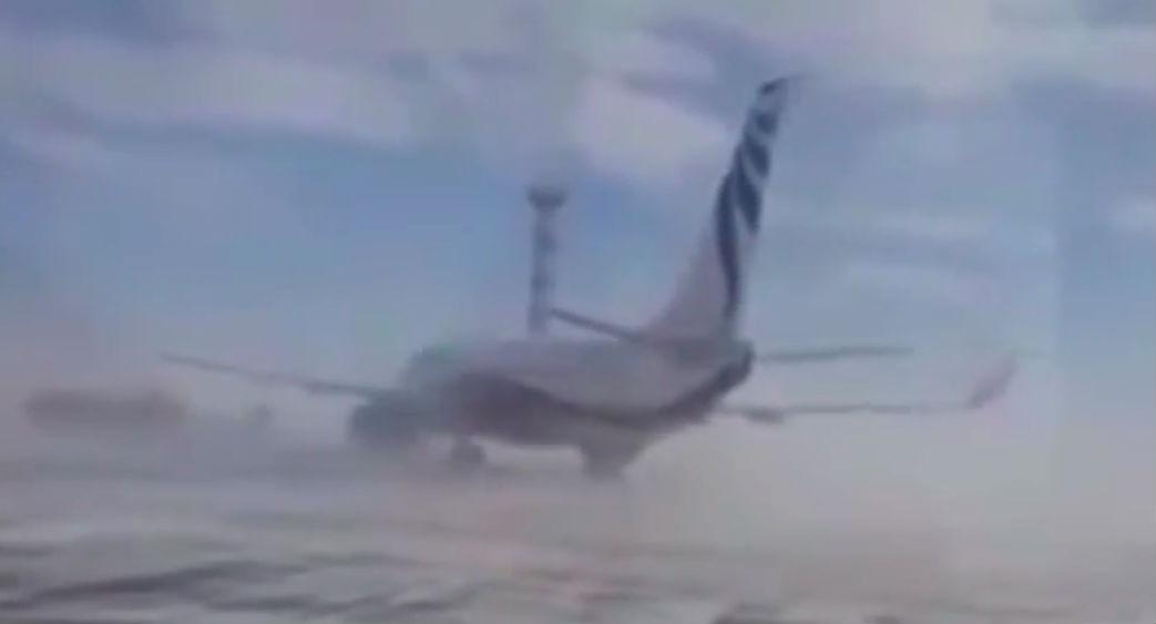 Сотрудники аэропорта сняли на видео, как