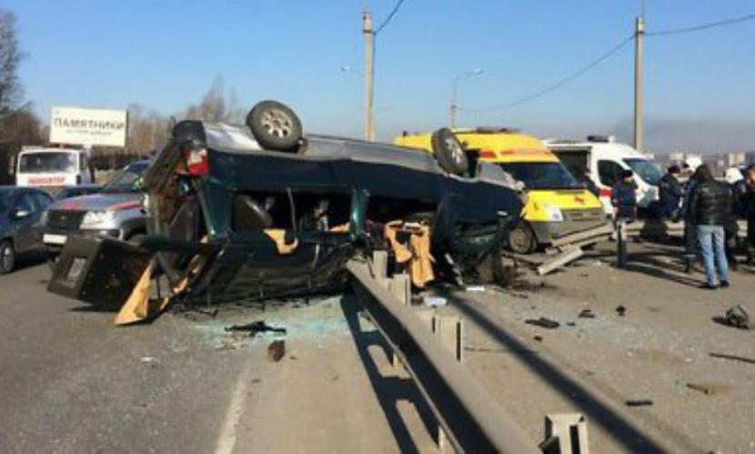 Четверо взрослых и один ребенок пострадали при опрокидывании междугородной маршрутки в Иркутске