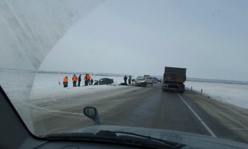 Два человека погибли в ДТП с участием грузовика в Барнауле