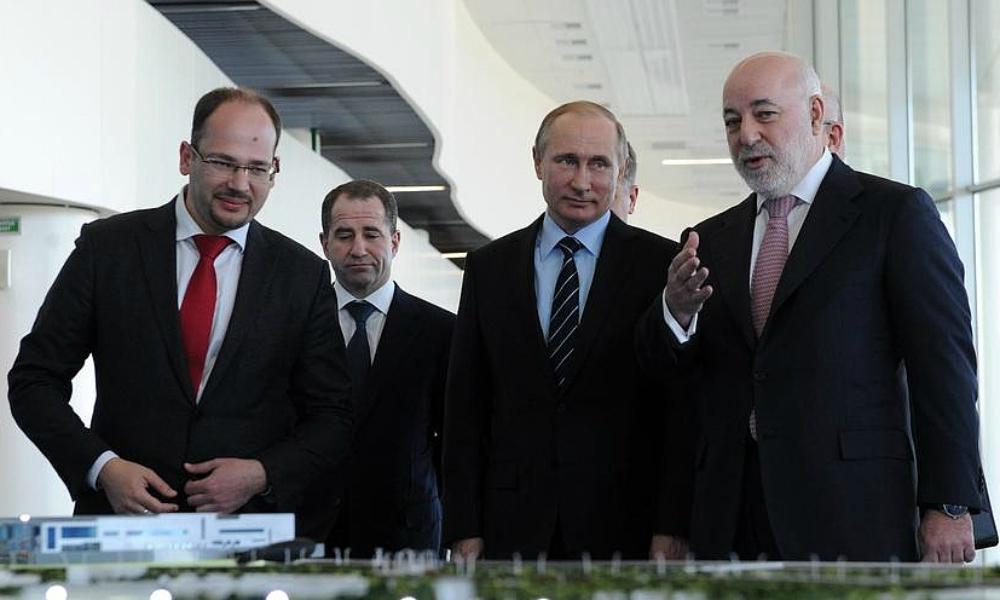 Путину подарили «ключ от неба» в Нижнем Новгороде
