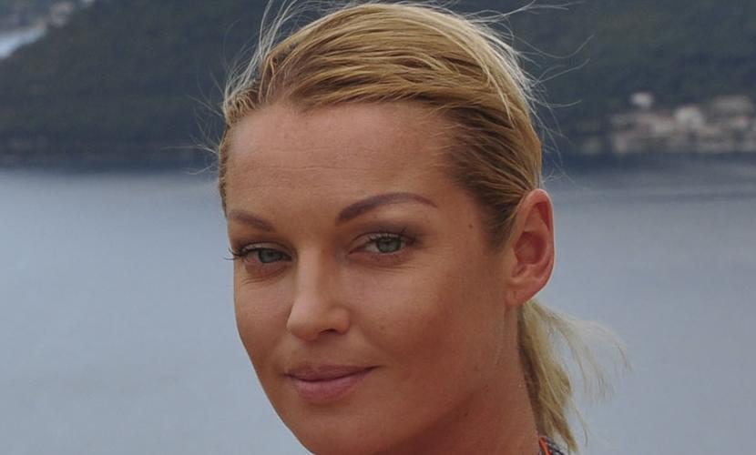 Обнаженная Анастасия Волочкова сделала рискованный шпагат на бочке
