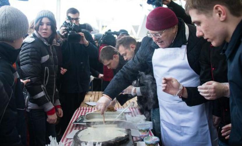 Жириновский накормил москвичей блинами собственного приготовления