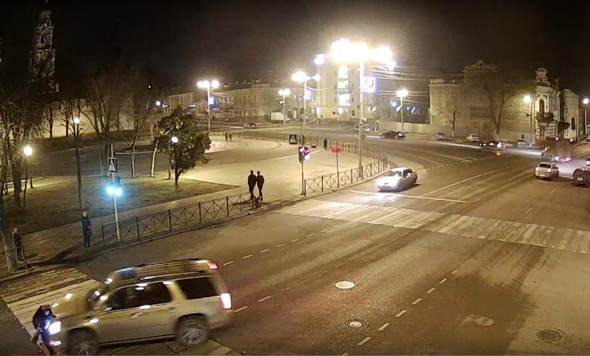 Блондинка за рулем золотого Cadillac сбила женщину на пешеходном переходе в Астрахани
