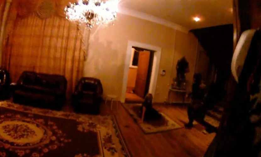 Опубликовано видео штурма бойцами спецназа шикарного коттеджа наркобаронессы в Красноярске