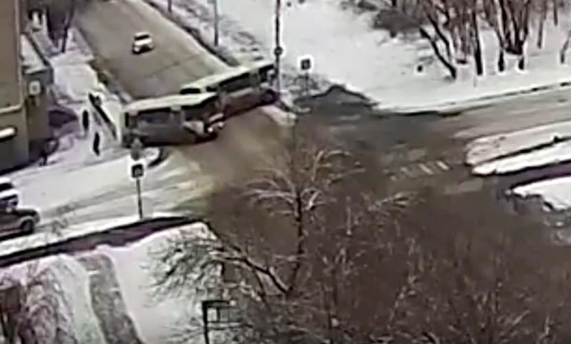 Пешеход чудом остался жив в ДТП с участием двух автобусов в Алтайском крае