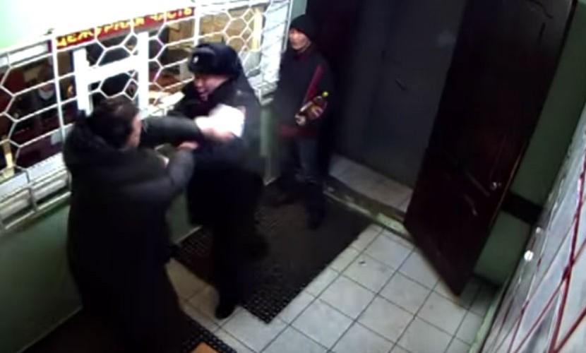 Устроившая потасовку в баре женщина продолжила драку в полицейском участке