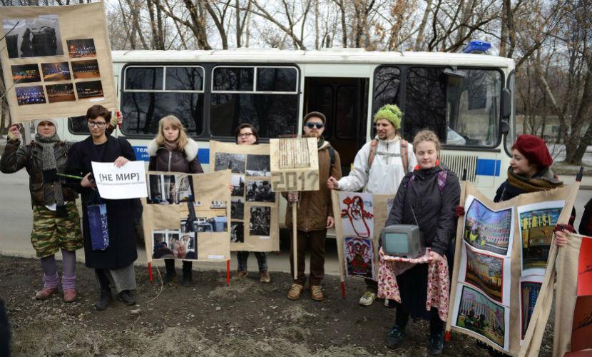 Группу художников задержали по пути на антивоенную выставку в Москве