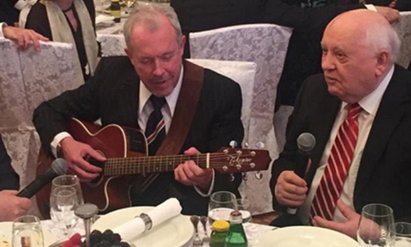 Михаил Горбачев на своем 85-летии спел с Андреем Макаревичем украинские песни о рае и соколе